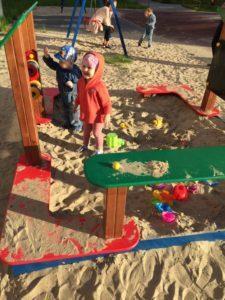 Почему ребёнка бьют на детской площадке